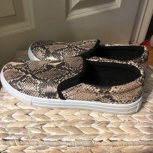 Snakeskin patterned slip-on shoes